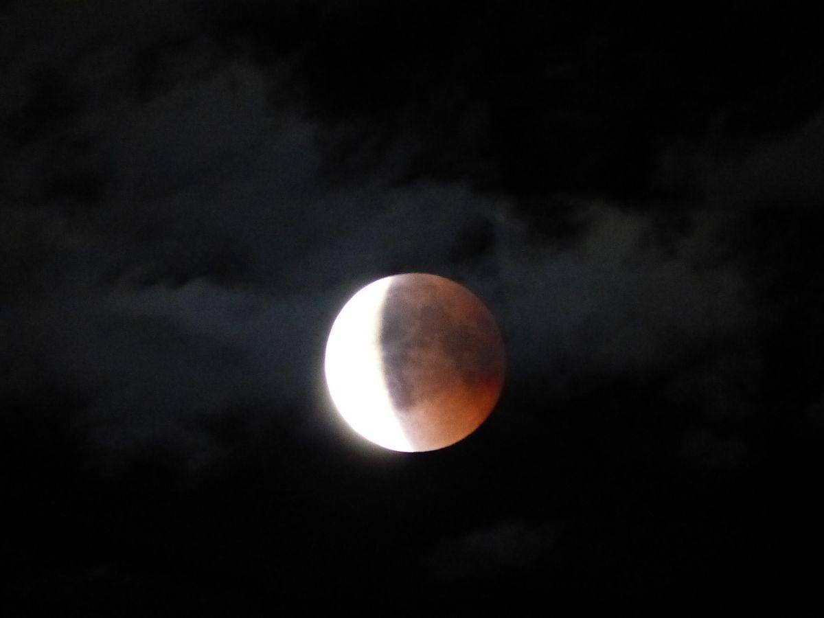 Lune entre ombre et lumière
